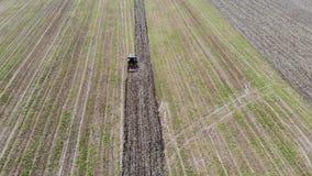 Vogelperspektive des Traktors das Feld pflügend stock video footage