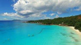 Vogelperspektive des tropischen Paradiesstrandes mit weißem Sand und Türkis wasser- Anse Lazio, Praslin-Insel, Seychellen stock footage