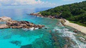 Vogelperspektive des tropischen Strandes (großartiges Anse) auf La Digue-Insel, Seychellen stock video footage