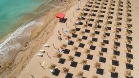 Vogelperspektive des tropischen Strandes mit Strohregenschirmen Tropische Seestrandk?stenlinie, Sommerferien lizenzfreies stockfoto
