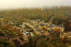 Vogelperspektive des untereren Teils von Luxemburg an einem Herbsttag mit Nebel Stockfoto