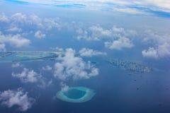 Vogelperspektive des Urlaubsinsel- und Mannesstadtflughafens in Malediven fand im Indischen Ozean nahe aktuellem Atoll unter Wolk stockfotos