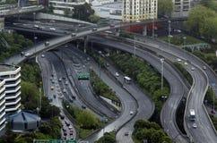 Vogelperspektive des Verkehrs auf Innenstadtstraße Aucklands Stockbild