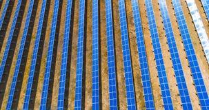 Vogelperspektive des vertikalen Sonnenkollektormusters Stockbild