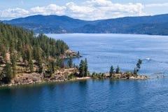 Vogelperspektive des Wannenhügels und des Sees stockbild