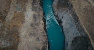 Vogelperspektive des Wasserfalls Gullfoss im Spalt Hubschrauber, der über das Tal und den turbulenten Fluss von Fluss in Island f stock video