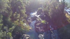 Vogelperspektive des Wasserfalls und des Flusses in Chile stock video