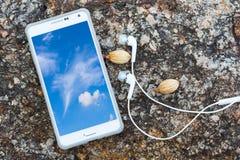 Vogelperspektive des weißen intelligenten Telefons mit blauem Himmel und Wolke mit ihm Lizenzfreie Stockbilder