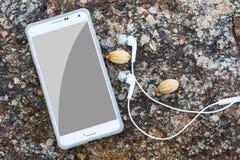 Vogelperspektive des weißen intelligenten Telefons mit schwarzem Schirm und Lizenzfreies Stockfoto