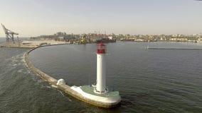 Vogelperspektive des weißen Leuchtturmes Seehafen von Odessa ukraine Schwarzes Meer stock footage
