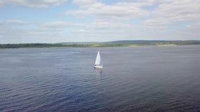 Vogelperspektive des weißen Segelboots auf Fluss, Kamera fliegt herum stock video footage