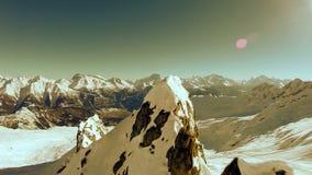 Vogelperspektive des Winterlandschaftsschneeberges stock video