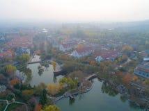 Vogelperspektive des wohlhabenden Landschaftsbereichs, Vorort von Peking, Chanping, China stockbild