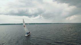Vogelperspektive des Yachtsegelns Regattayachtclubsegeln Segelboot auf dunkelblauem Hintergrund UHD stock footage