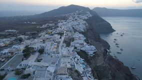 Vogelperspektive, die über Stadt von Oia auf Santorini Griechenland fliegt stock video