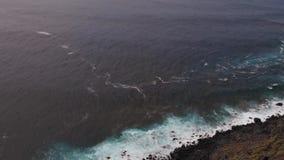 Vogelperspektive - die Bewegung des Kamerabrummens aufwärts, die Ansicht öffnet sich zur malerischen Ozeanküste stock video footage