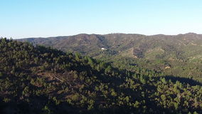 Vogelperspektive, die herauf Berge fliegt stock video footage