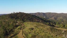 Vogelperspektive, die herauf Berge fliegt stock footage