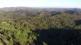 Vogelperspektive, die herauf Berge fliegt stock video