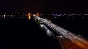 Vogelperspektive: Die szenische Ansicht über die Straße nachts stock video