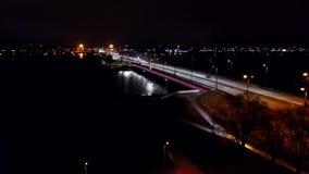 Vogelperspektive: Die szenische Ansicht über die Straße nachts stock footage