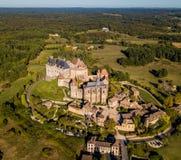 Vogelperspektive, Dorf und Schloss von Biron in der Dordogne-Region lizenzfreie stockbilder
