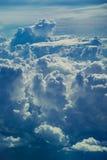 Vogelperspektive durch Himmel über dem abstrakten Hintergrund der Wolken Lizenzfreies Stockfoto