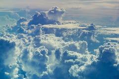 Vogelperspektive durch Himmel über dem abstrakten Hintergrund der Wolken Lizenzfreies Stockbild