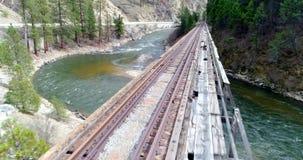 Vogelperspektive einer Bahngleisbrücke, die über einer Brücke führt stock video footage