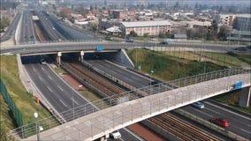 Vogelperspektive einer Eisenbahnlinie, der Landstraßen und der Brücke in Chile stock footage
