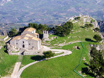 Vogelperspektive einer Kirche in einem kleinen Dorf von Sizilien Stockfoto