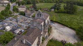 Vogelperspektive einer Kirche und des Kirchhofs in der französischen Landschaft, Rimons, Gironde stockfotografie