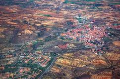 Vogelperspektive einer kleinen Stadt mit Kopienraum stockbilder
