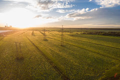 Vogelperspektive einer Landschaft mit Stromleitungen Lizenzfreies Stockbild