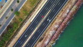 Vogelperspektive einer Landstraße parallel zum Meer stock footage