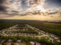 Vogelperspektive einer Plätzchen-Schneider-Nachbarschaft mit Sonnenuntergang Lizenzfreie Stockfotografie