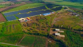 Vogelperspektive einer Solaranlage und des Biomasse contruction Standorts Stockbild