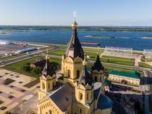 Vogelperspektive einer Spitze von Alexander Nevsky Cathedral mit der Wolga im Hintergrund stockfotografie