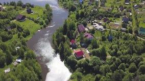 Vogelperspektive einer Stadt mit vielen grünen Bäumen gelegen an dem Fluss in einem sonnigen Sommertag clip S?ubern Sie ?kologisc stock video