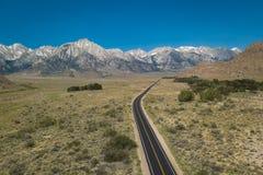 Vogelperspektive einer Straße, die zu Sierra Nevada Mountains führt Lizenzfreie Stockfotos