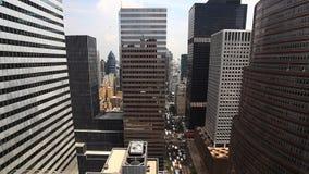Vogelperspektive einer verkehrsreichen Straße in Manhattan stock footage