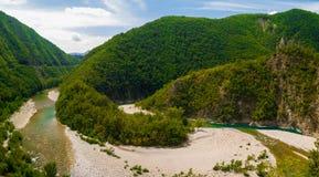 Vogelperspektive einer Windung des Flusses Trebbia während des Sommers Stockfotografie
