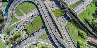 Vogelperspektive eines Autobahnschnitts Stockbild