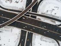 Vogelperspektive eines Autobahnschnitts schneebedeckt im Winter lizenzfreie stockfotografie