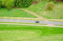 Vogelperspektive eines Autofahrens in eine Landschaftsstraße stockfotos
