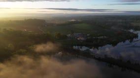 Vogelperspektive eines Bauernhofes während eines nebeligen Sonnenaufgangs stock footage