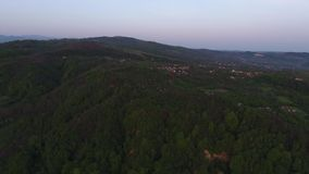 Vogelperspektive eines Bergdorfes stock video footage