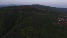 Vogelperspektive eines Bergdorfes stock video