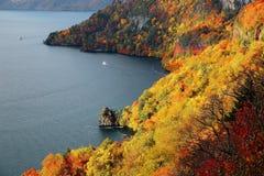 Vogelperspektive eines Besichtigungsbootes auf Herbst See Towada, in Nationalpark Towada Hachimantai, Aomori, Japan Lizenzfreies Stockfoto