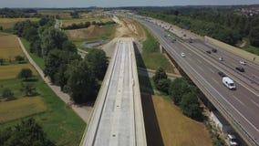 Vogelperspektive eines deutschen Autobahn mit Bauarbeiten stock video footage